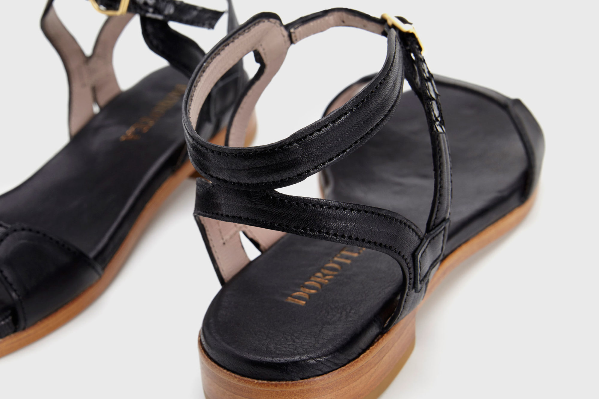 Dorotea sandalia plana Maya negra ss17 detalle